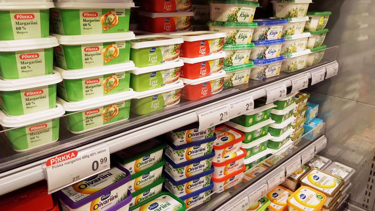 Moni kuluttaja haluaa nähdä esimerkiksi ruokakaupan hyllyn reunassa myyntihinnan lisäksi myös tuotteen litra- tai kilohinnan.