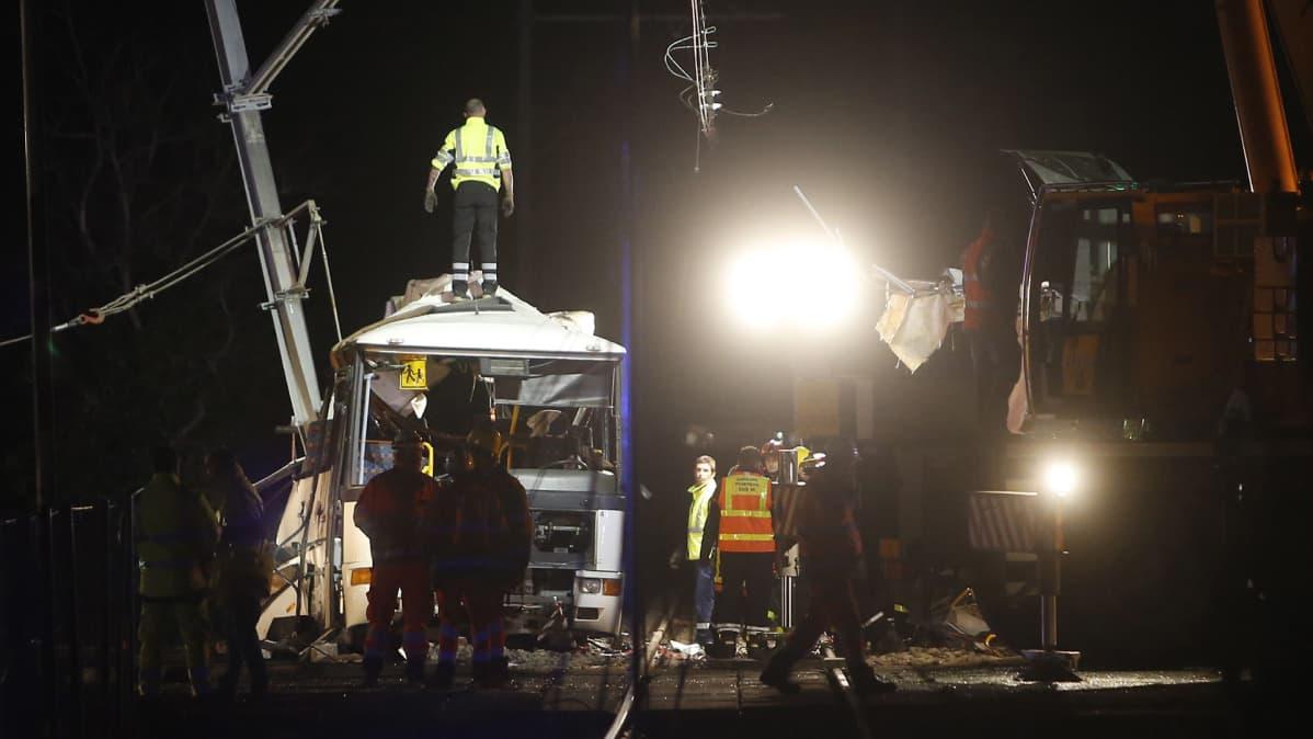 Pelastushenkilökuntaa Millasin onnettomuuspaikalla Etelä-Ranskassa 14. joulukuuta.