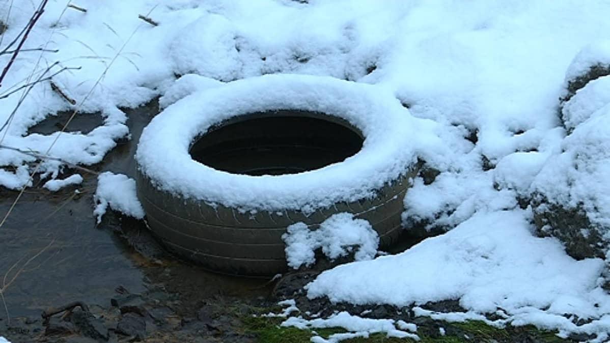 Autonrengas järvellä lumessa