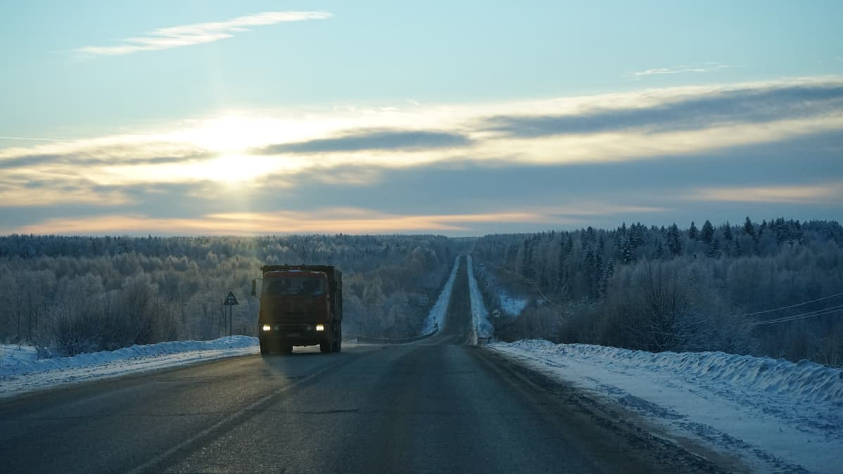 rekka lumisella tiellä