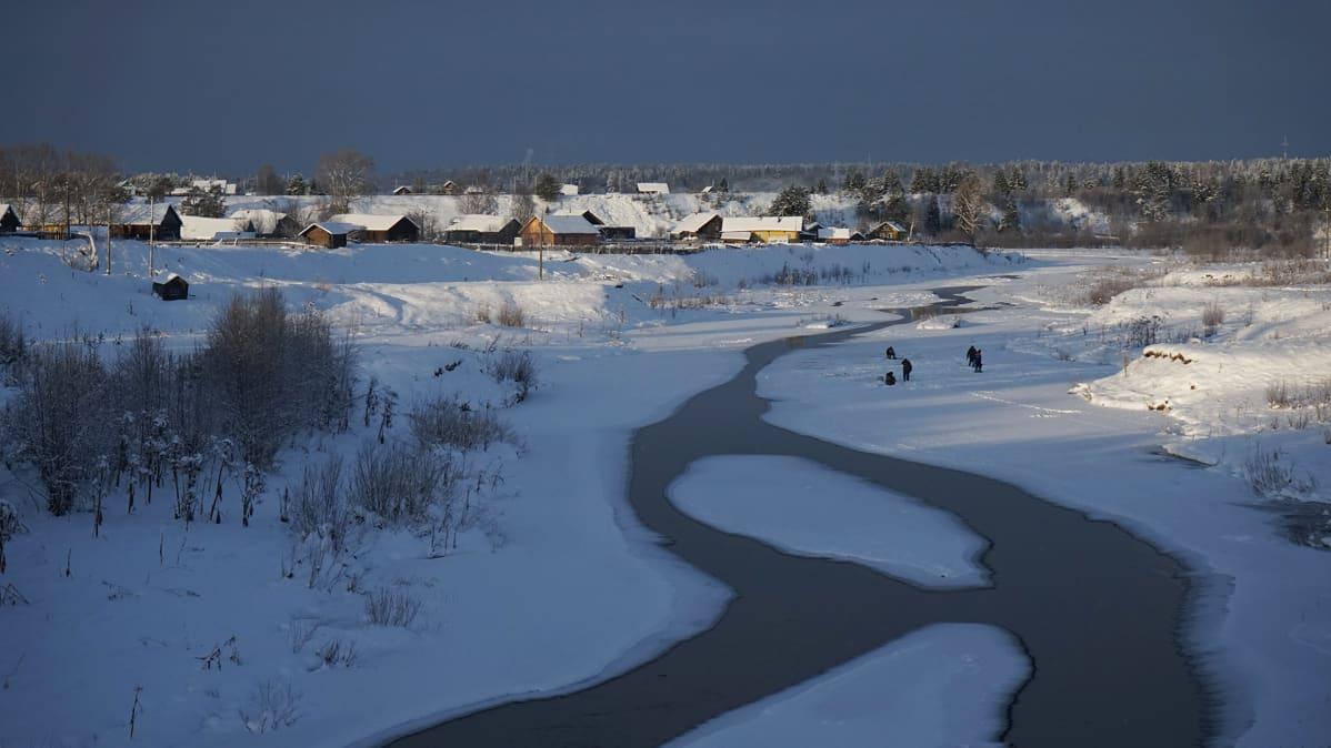 lapsia joen jäällä