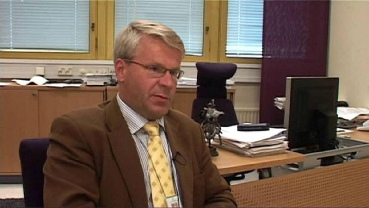 Jouni Mutanen työpöytänsä ääressä.