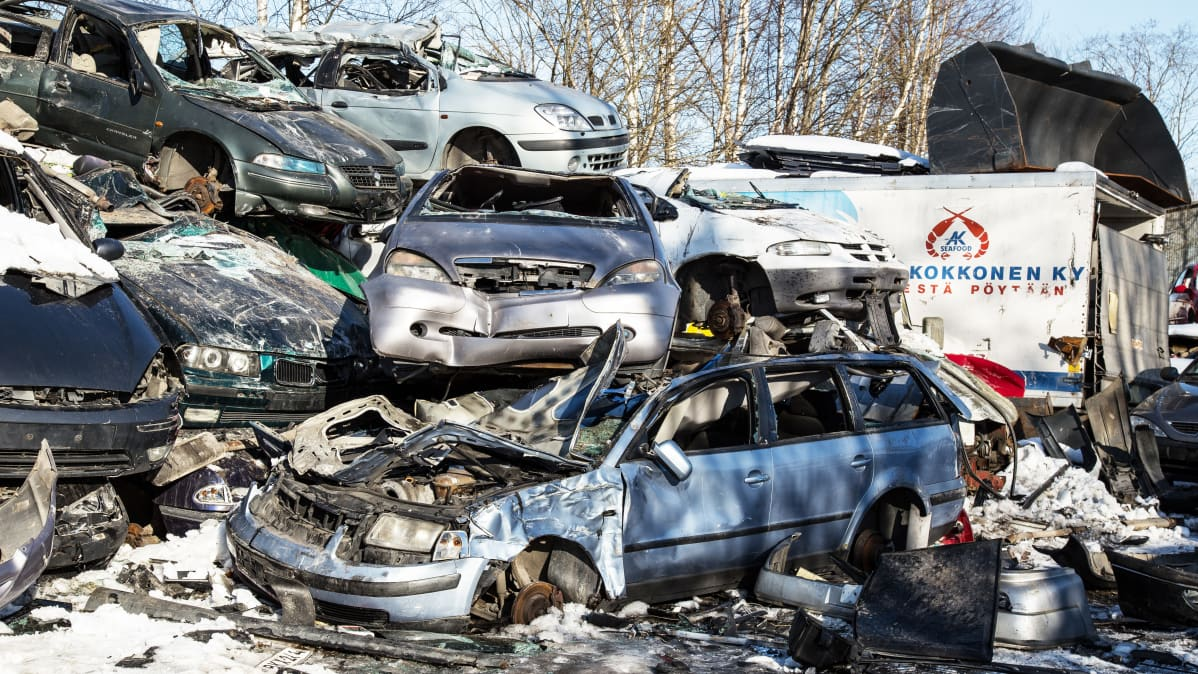 Autojen romuja romuttamolla.