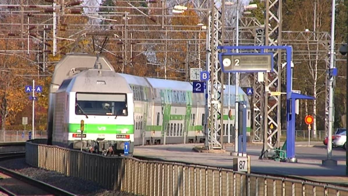Matkustajajuna liikennöi Rantaradalla. Arkistokuva.