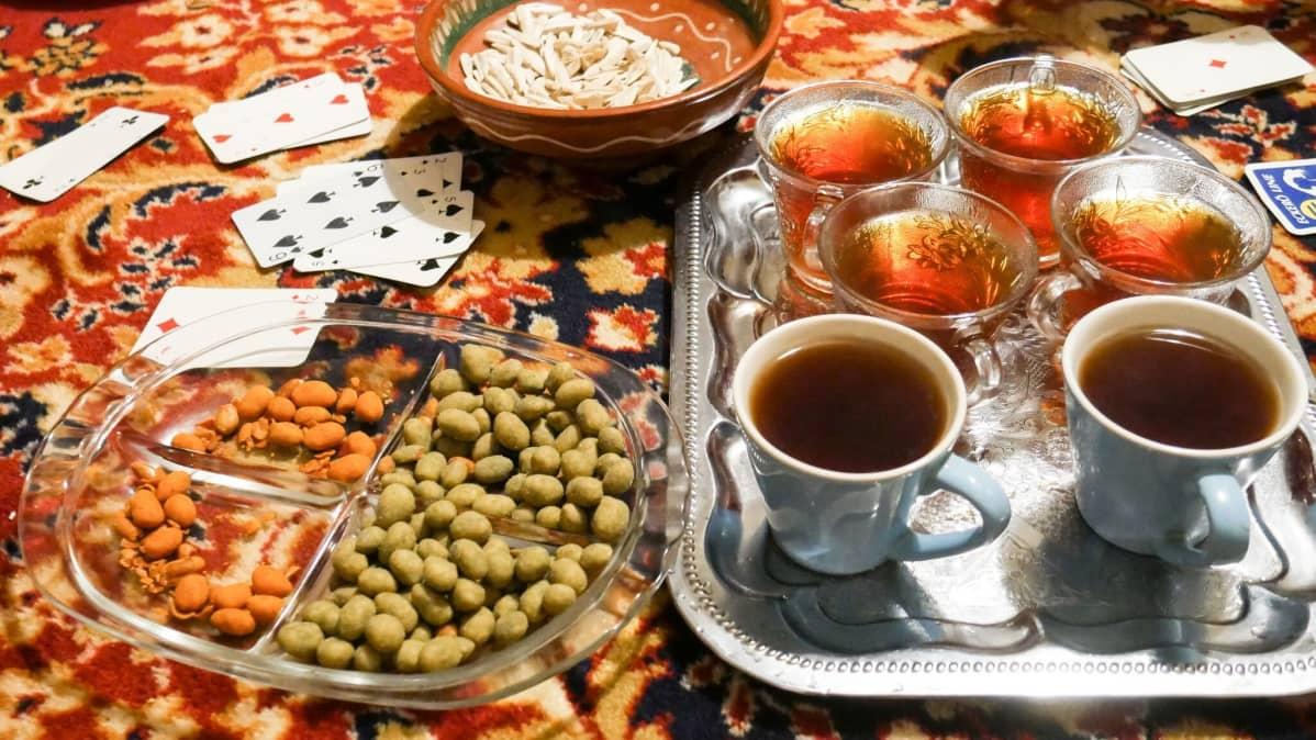 En traditionell kvällsmåltid, iftar, bestående av te och nötter.