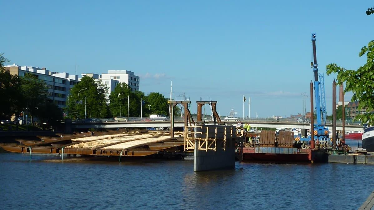 ny bro byggs över Aura Å