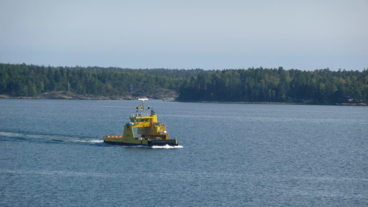 Lautta-alus Mergus liikenteessä Saaristomerellä.