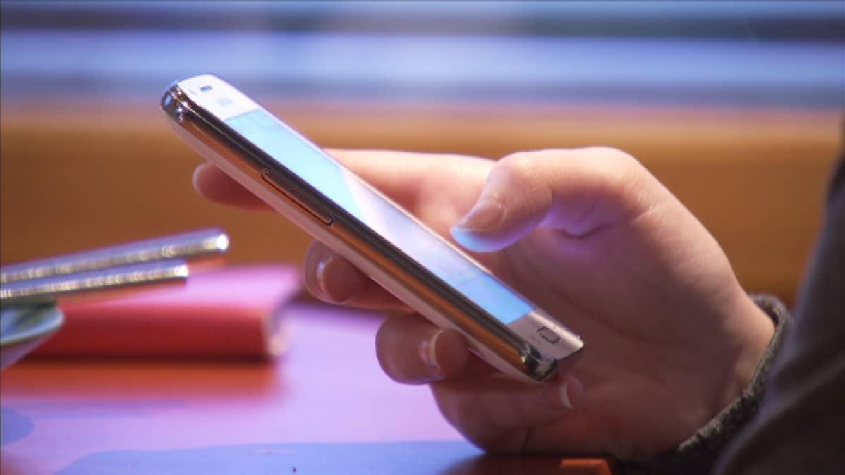 Jo kolmella neljästä esikoulu- ja alakouluikäisestä lapsesta on älypuhelin.