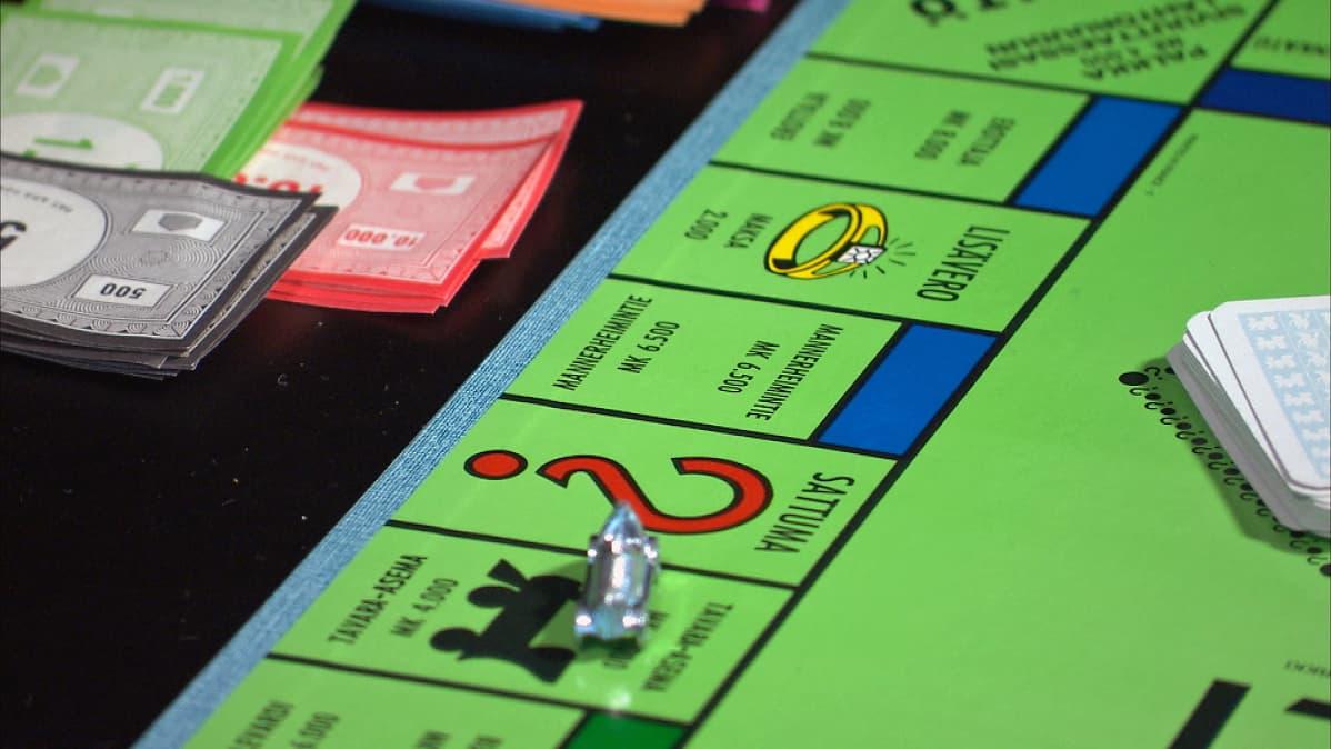 Monopoly lautapeli pöydällä.