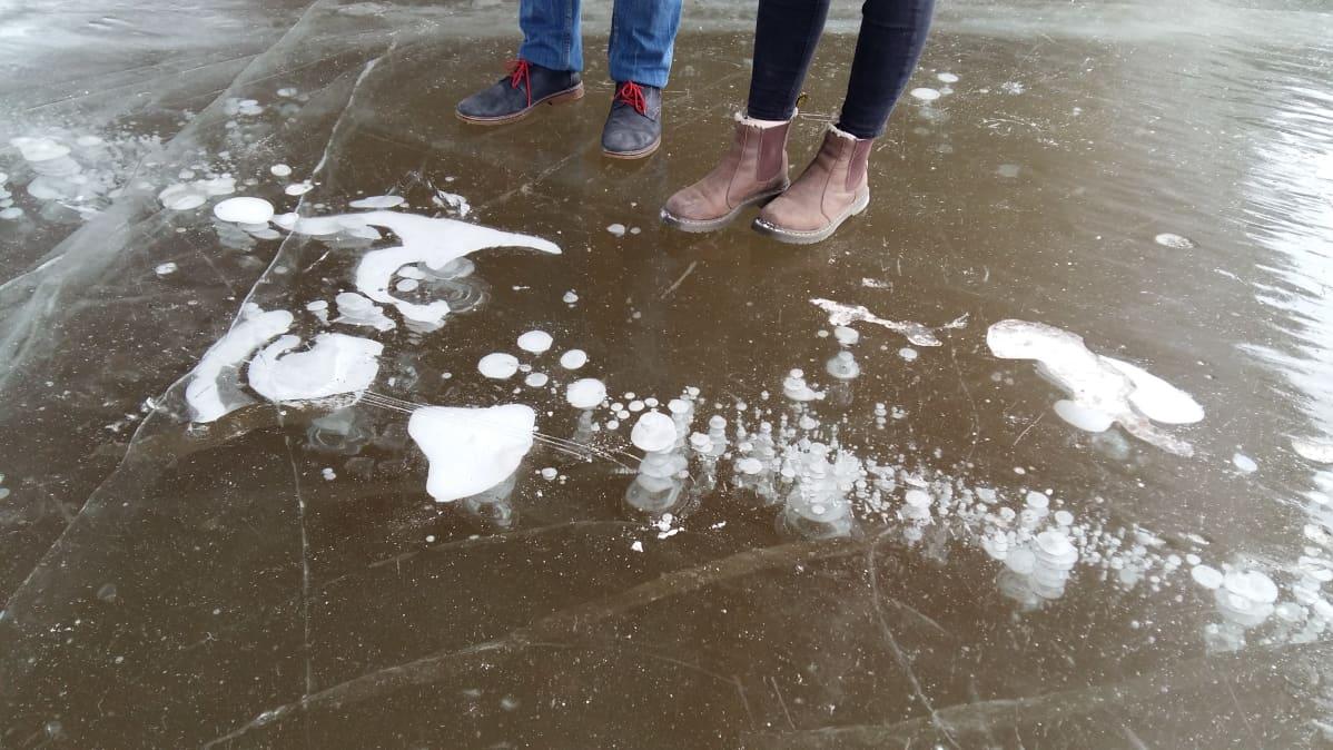 Kaksi ihmistä seisoo jäällä.
