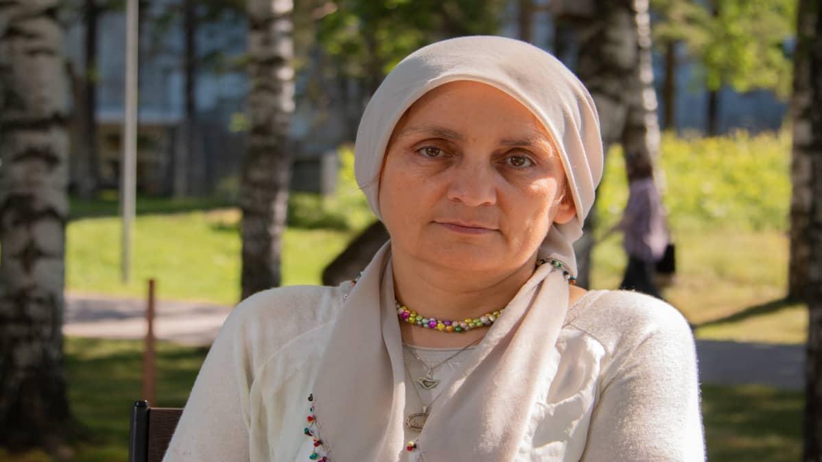Lääkäri Nemam Ghafouri haastattelussa Yleisradion pihamaalla