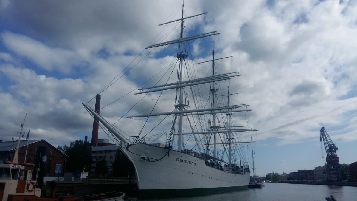 Museifartyget, fregatten Suomen Joutsen i Aura å i Åbo.