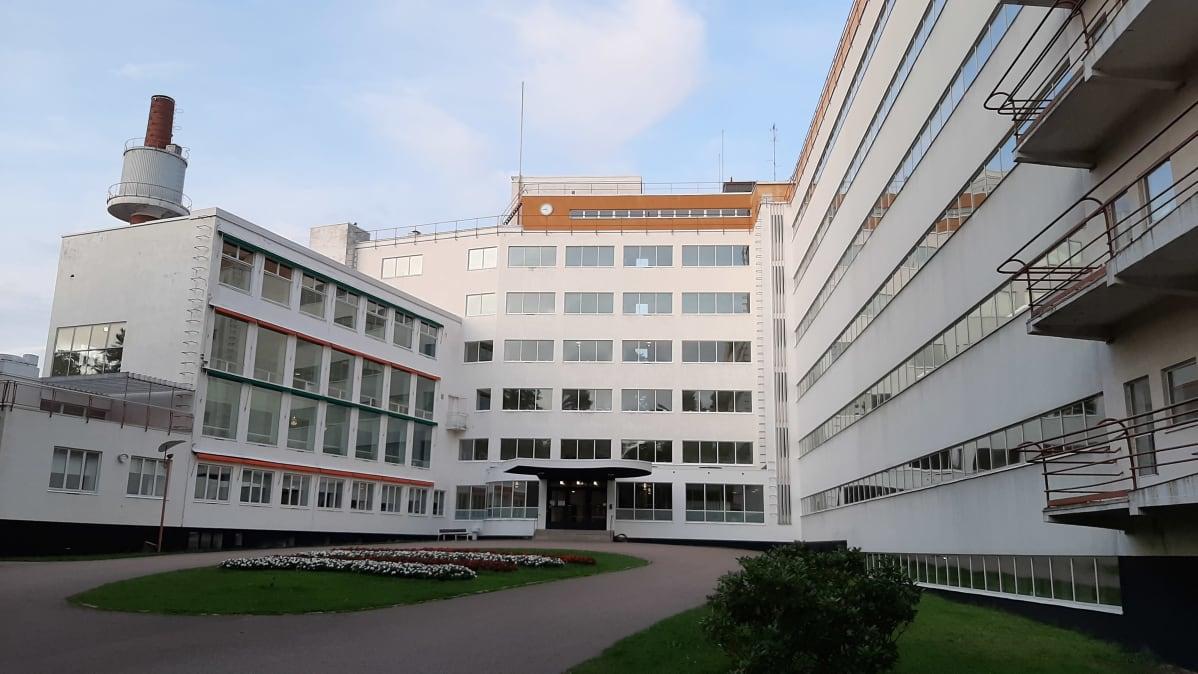 Huvudingången till Pemar sanatorium, med vit fasad och stora fönster som ska släppa in så mycket ljus som möjligt.