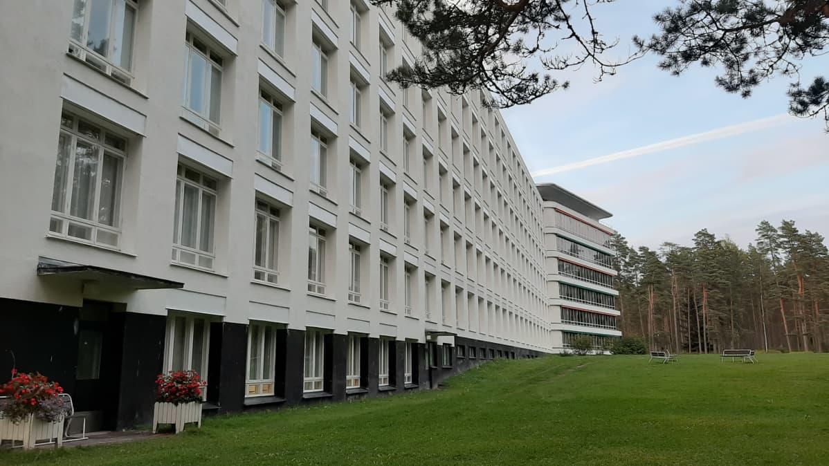 Ena flygeln på Pemar sanatorium, med gräsmattor, en vit fasad och fönster till patientrummen.