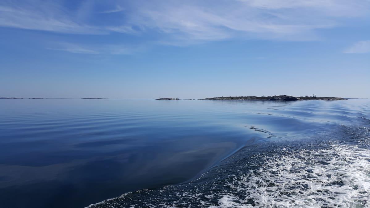 Veneen peräaaltoja Saaristomerellä.