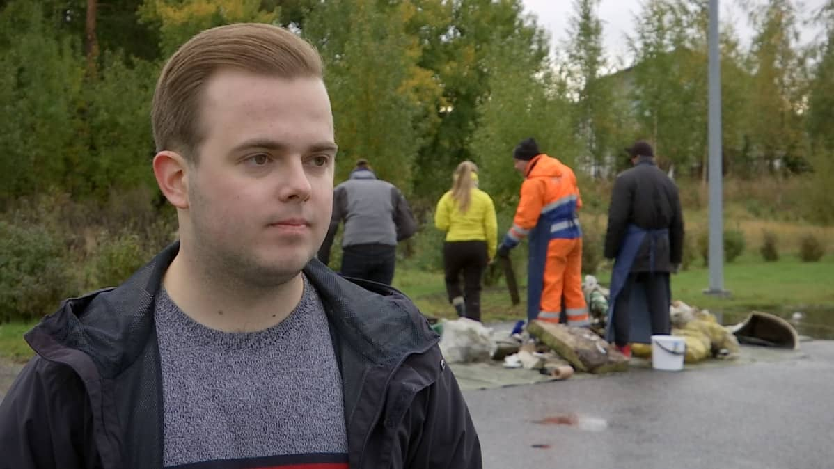 Rasmus Heinonen ja hänen takanaan opiskelijat tutkivat jätekasaa