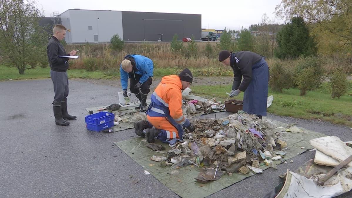 Opiskelijat punnitsevat jätteitä.