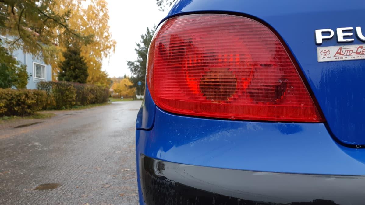 Auton takavalo pimeänä.