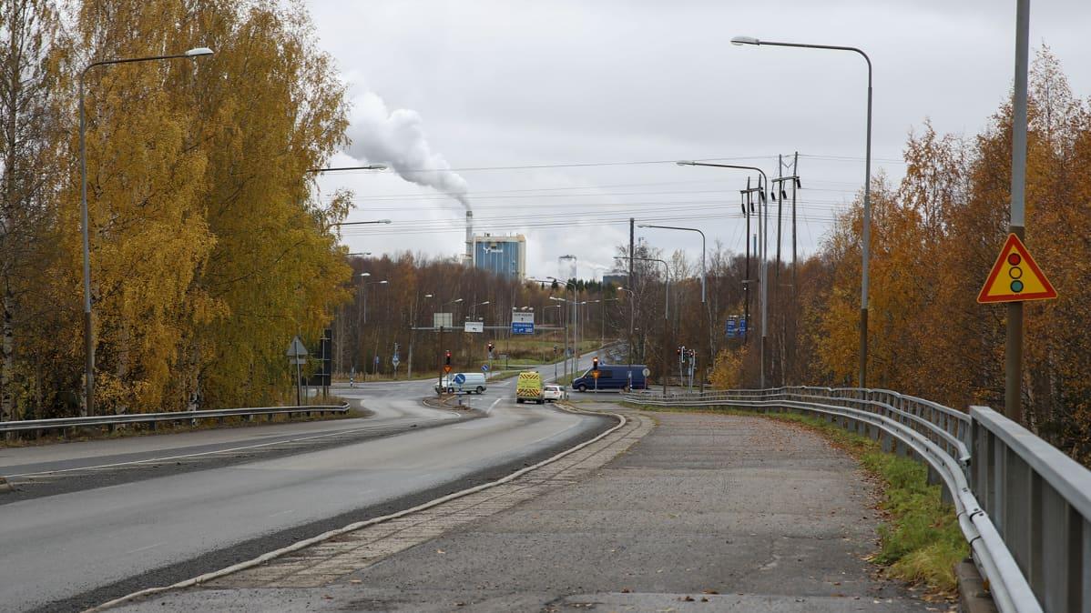 Karihaaran liikennevalot Kemissä ja Metsä Groupin tehdas liikennevalojen taustalla