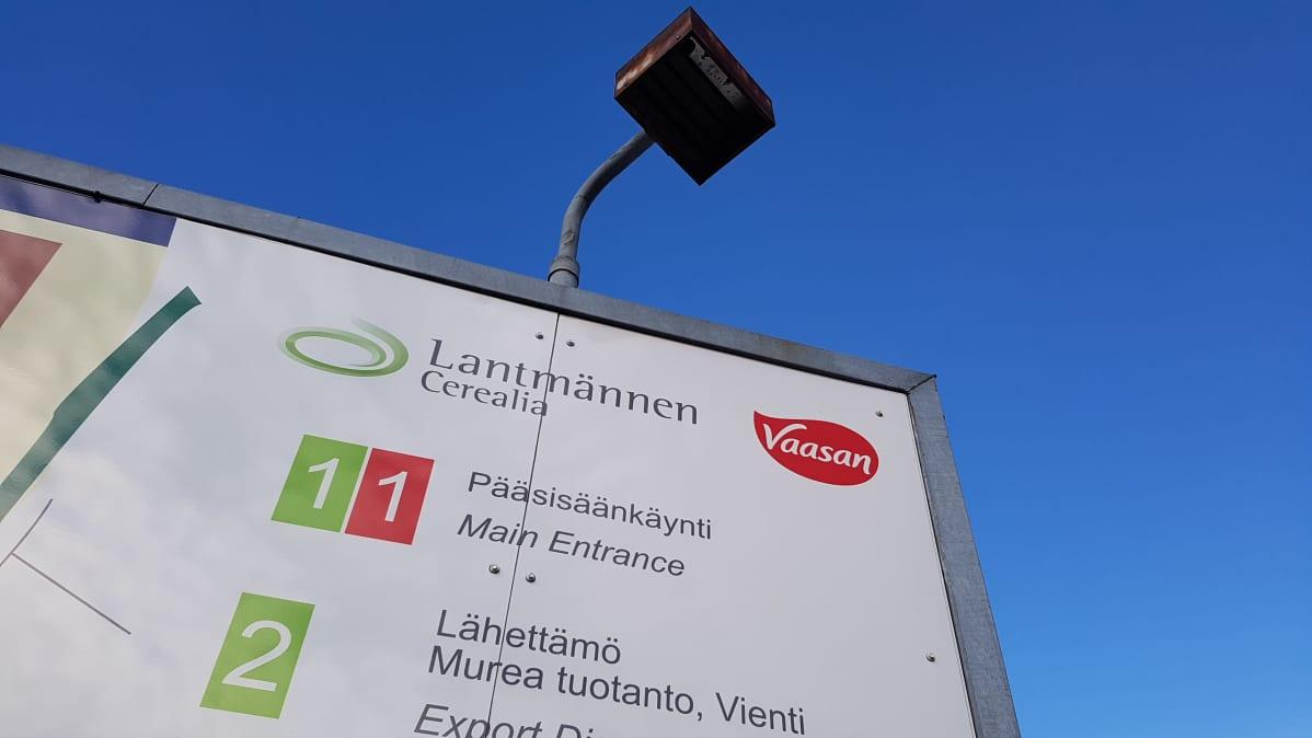 Tehdasalueen infotaulu Lantmännenin Kotkan tehtaan pihalla.