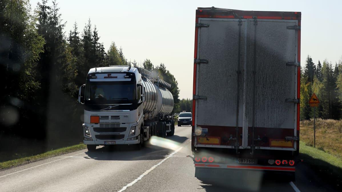 Raskasta liikennettä valtatiellä 15 Kouvolasta Kotkaan