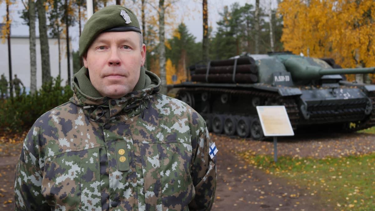 Karjalan prikaatin esikuntapäällikkö everstiluutnantti Juhana Skyttä kuvassa. Panssarivaunu taustalla.