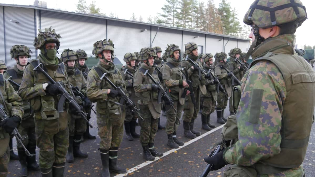 Karjalan prikaatin ilmatorjuntapatteristo valmistautumassa maastokoulutukseen kasarmin edustalla. Ryhmänjohtaja kuvan etualalla.