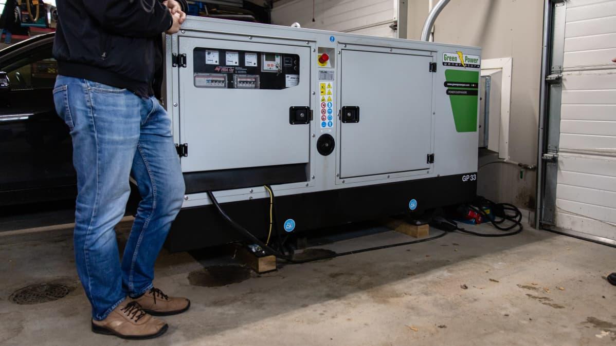 Diesel aggregaatti autotallissa.