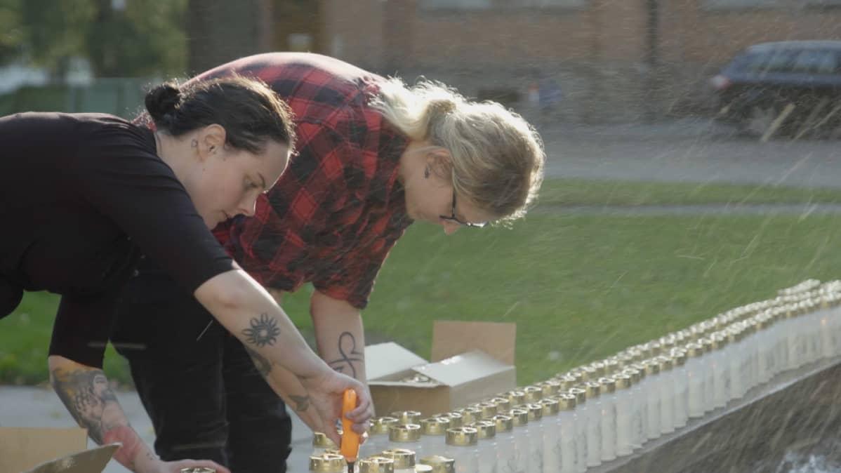 Rasmus sytyttää kynttilöitä Suicide Zeron kynttilätapahtumassa Vaasassa yhdessä järjestön muiden vapaaehtoisten kanssa.
