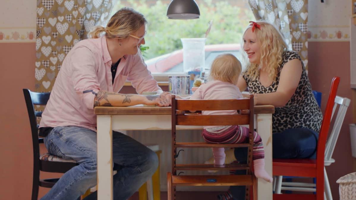 Rasmus yhdessä perheensä kanssa ruokapöydässä.