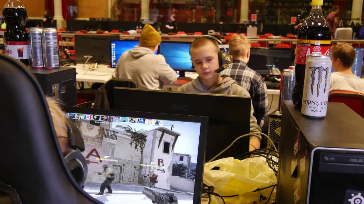 Pojat pelaavat tietokoneella