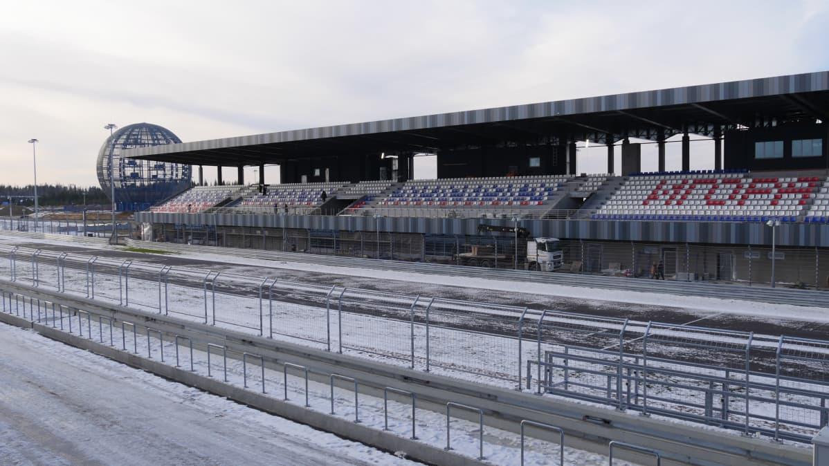 Igora Drive Karjalankannaksella. Lähtösuora ja katsomo.