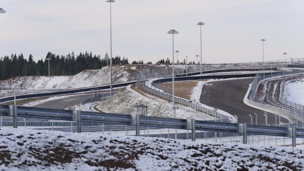 Igora Drive Karjalankannaksella. Näkymä moottoriradan mutkista.