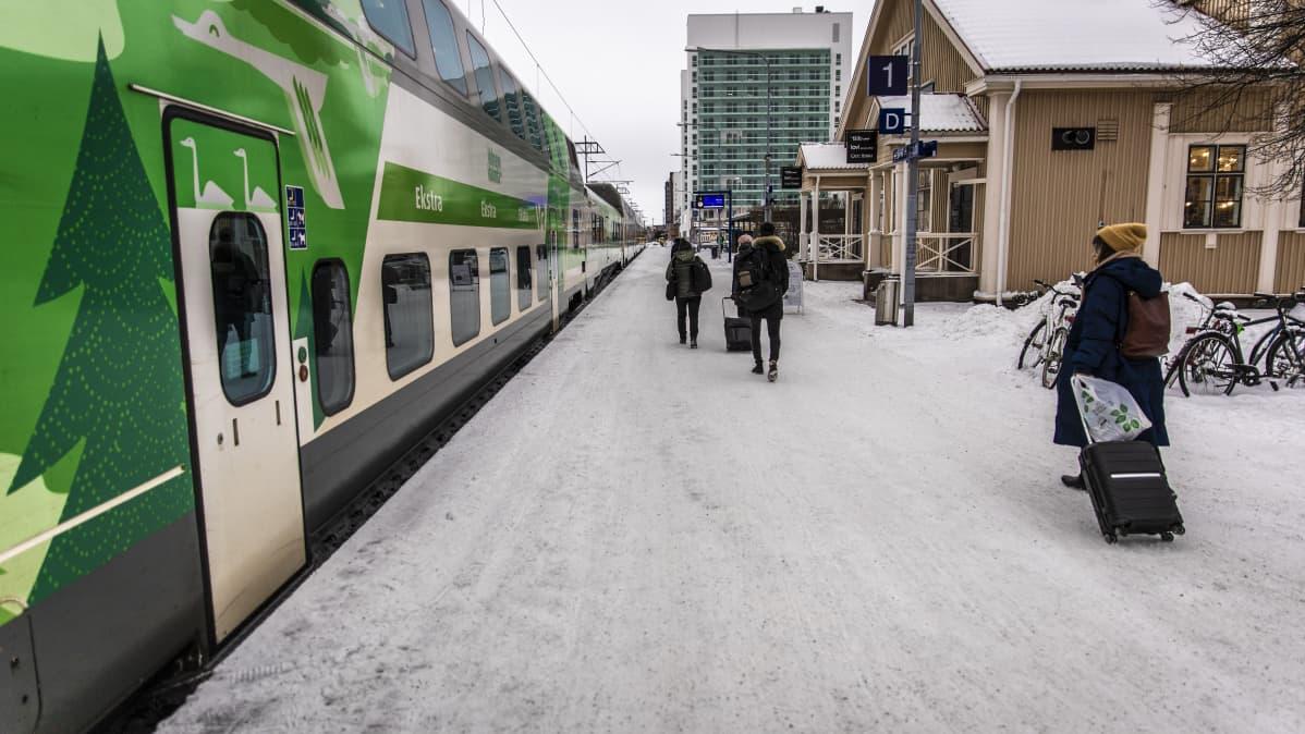 Matkustajat kiiruhtivat junaan Oulussa