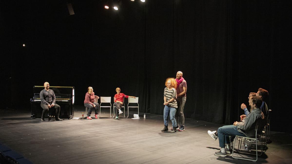 näyttelijät esiintyvät teatterin lavalla