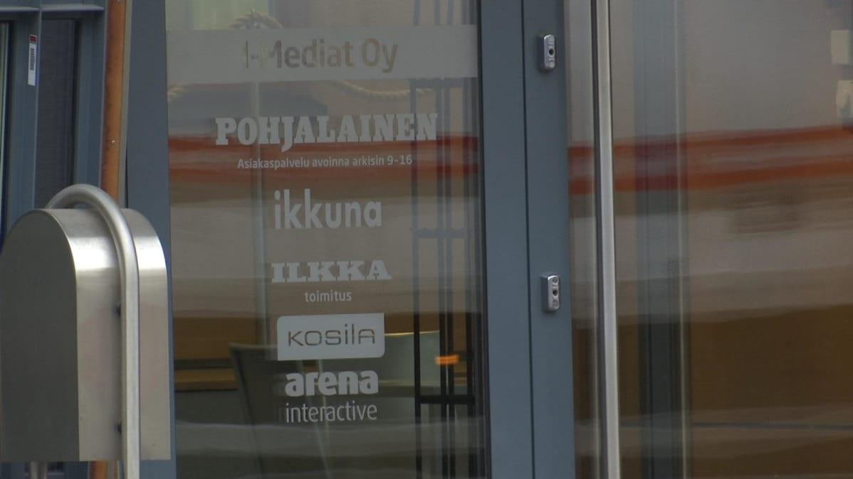 Sanomalehti Pohjalaisen ovi.