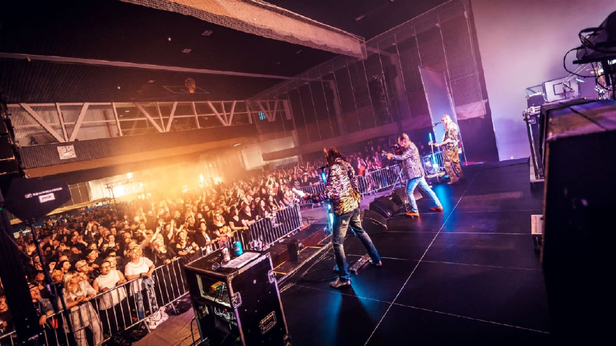 Bändi soittaa lavalla musiikkifestivaaleilla.