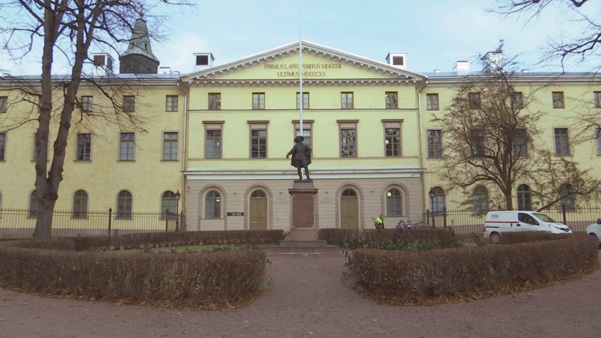 Turun hovioikeuden rakennus syksyisenä päivänä