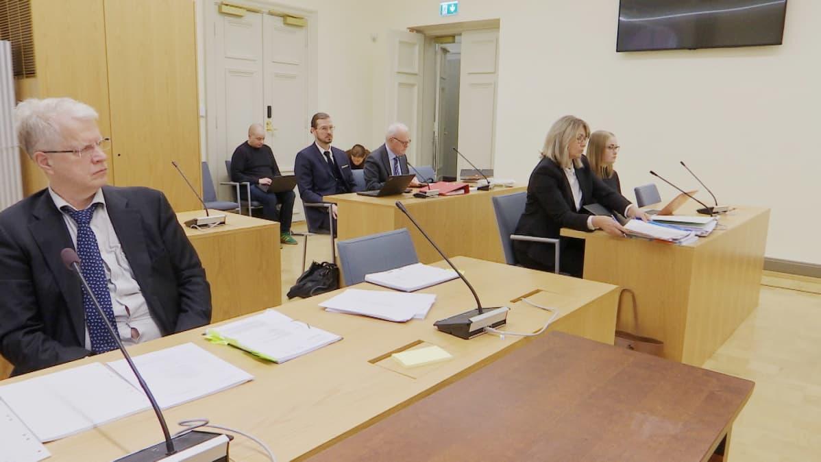 Asianomaisia Sunny Car Center -tapauksessa Turun hovioikeudessa odottamassa istunnon alkua.