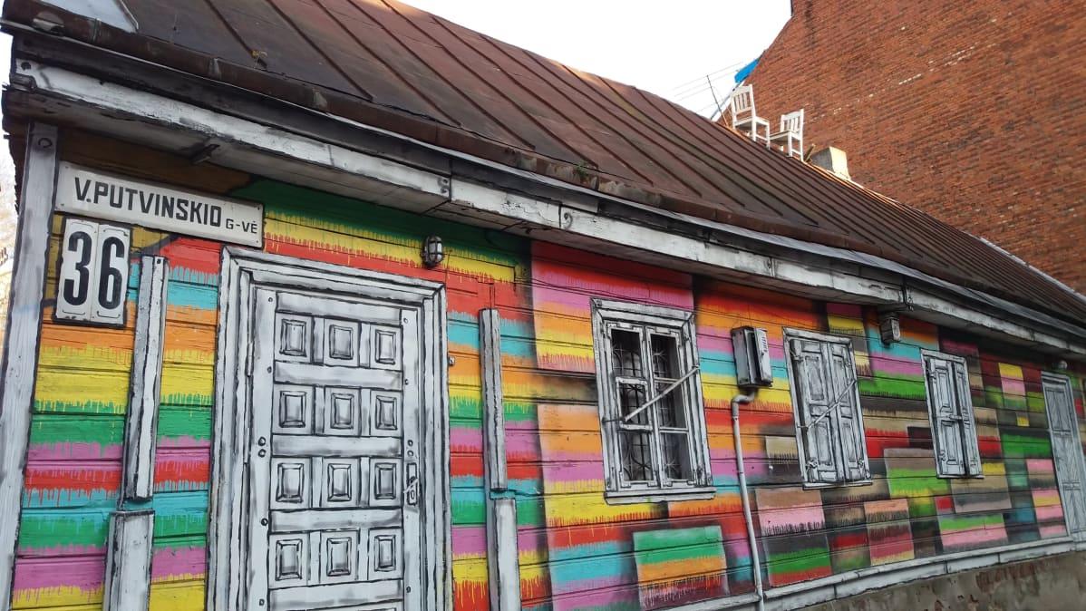 Kaunasissa oleva talo, johon maalattu katutaideteos.