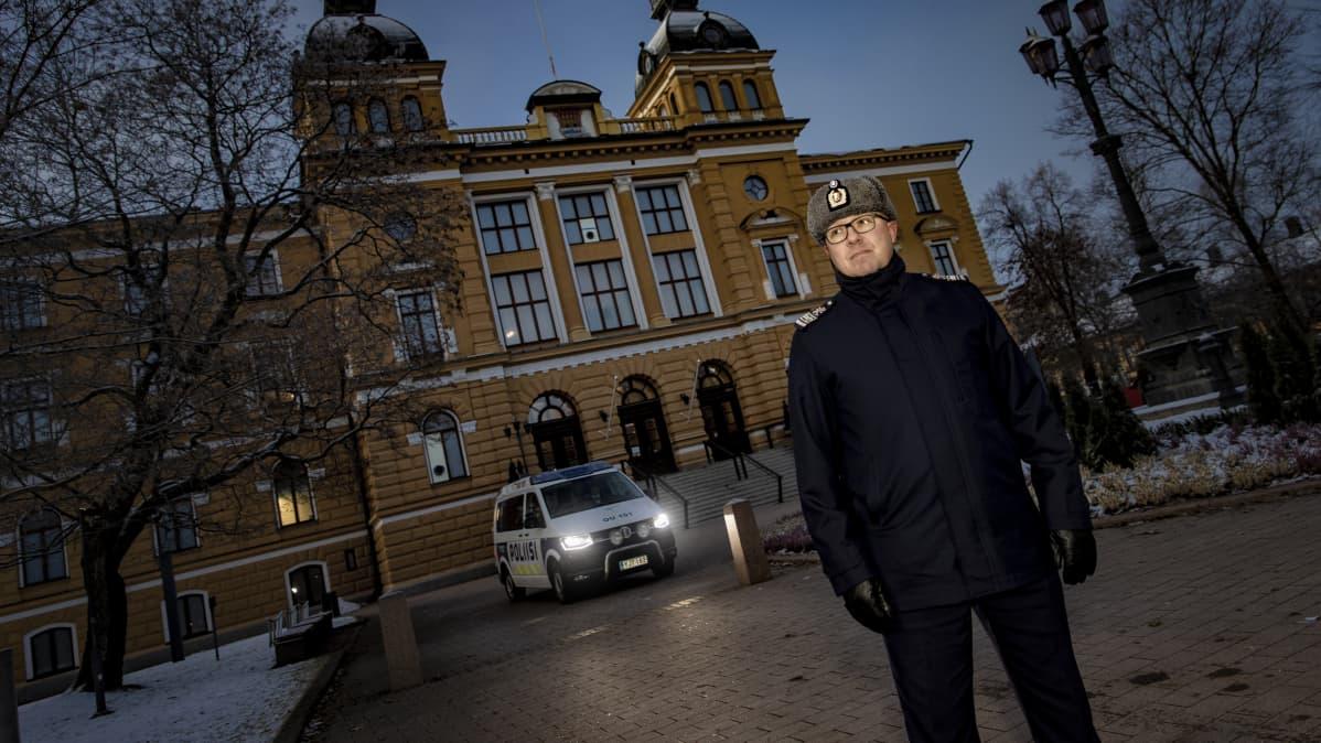 Rikosylikomisario Markus Kiiskinen Oulun kaupungintalon edustalla