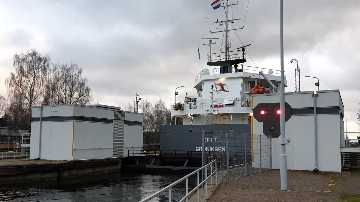 Hollantilainen rahtialus Kelt Saimaan kanavalla Mustolan sulussa