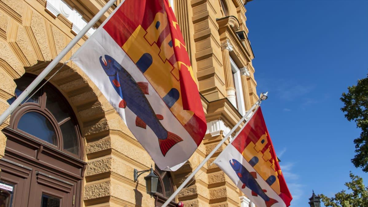 Oulun kaupungintalon pääsisäänkäynnin edsutalla oulun vaakunan liput