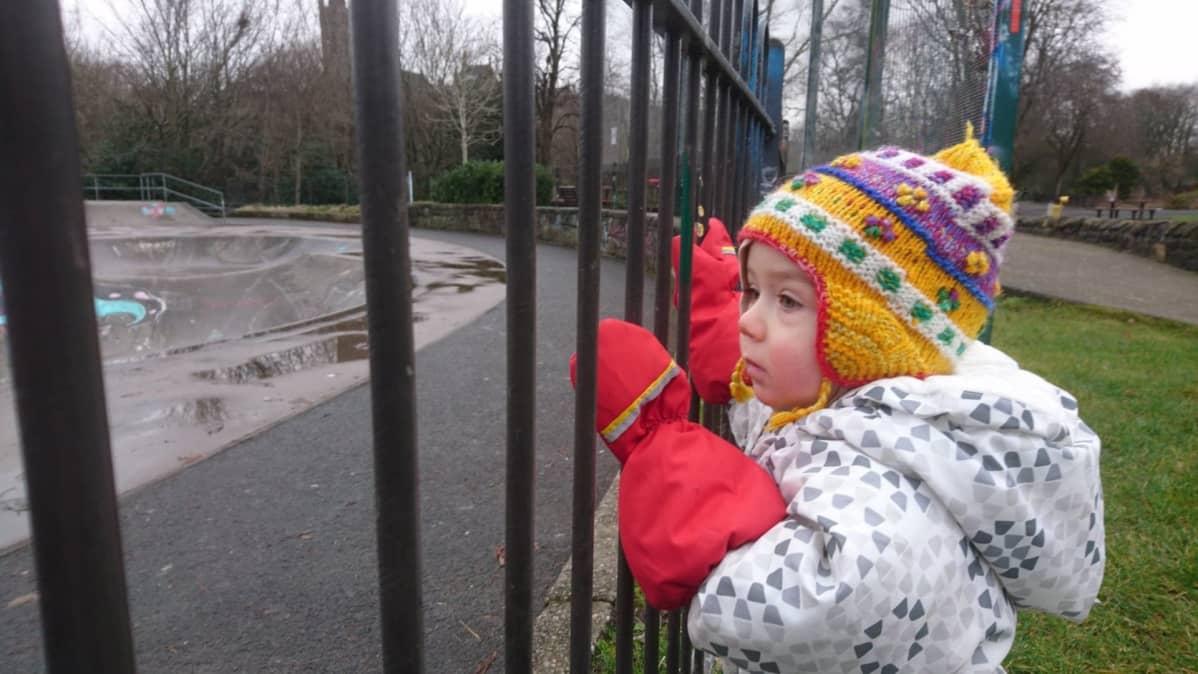Matteo katselee rautaportin läpi.
