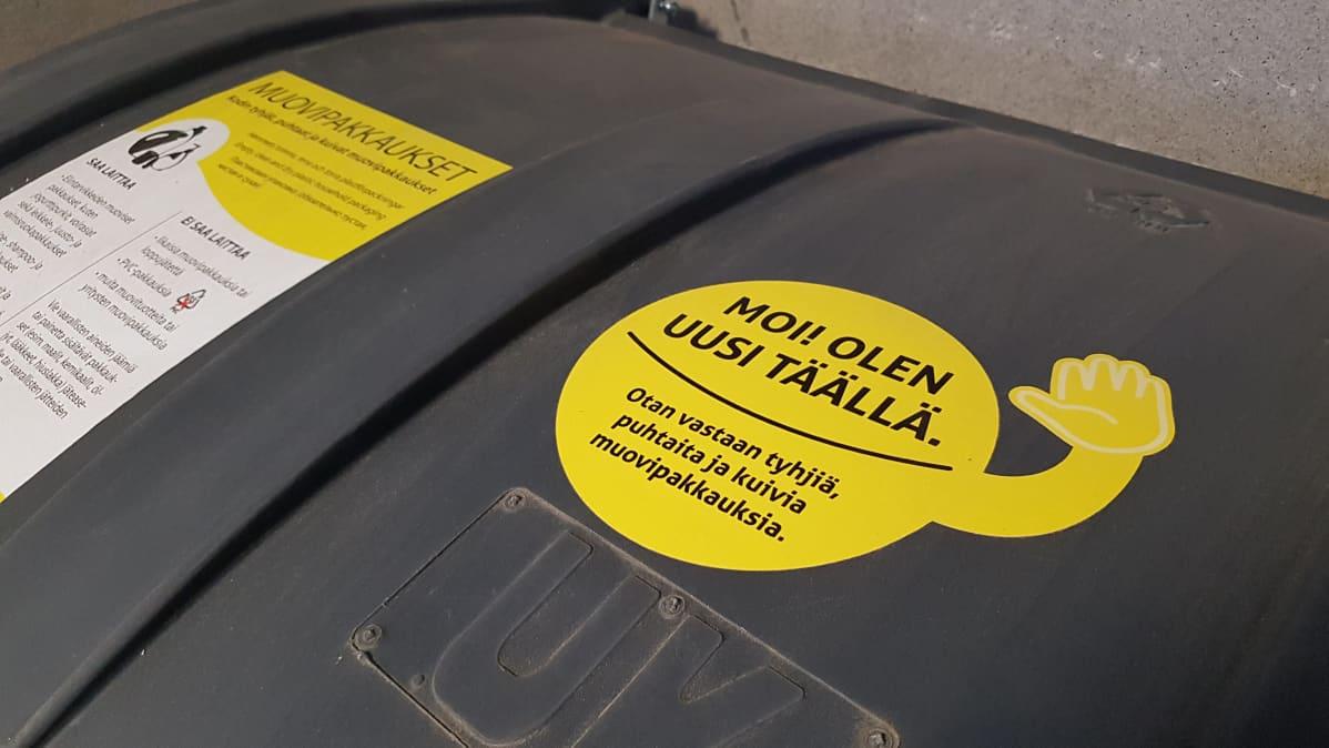 Muovijäteasti taloyhtiön roskakatoksessa