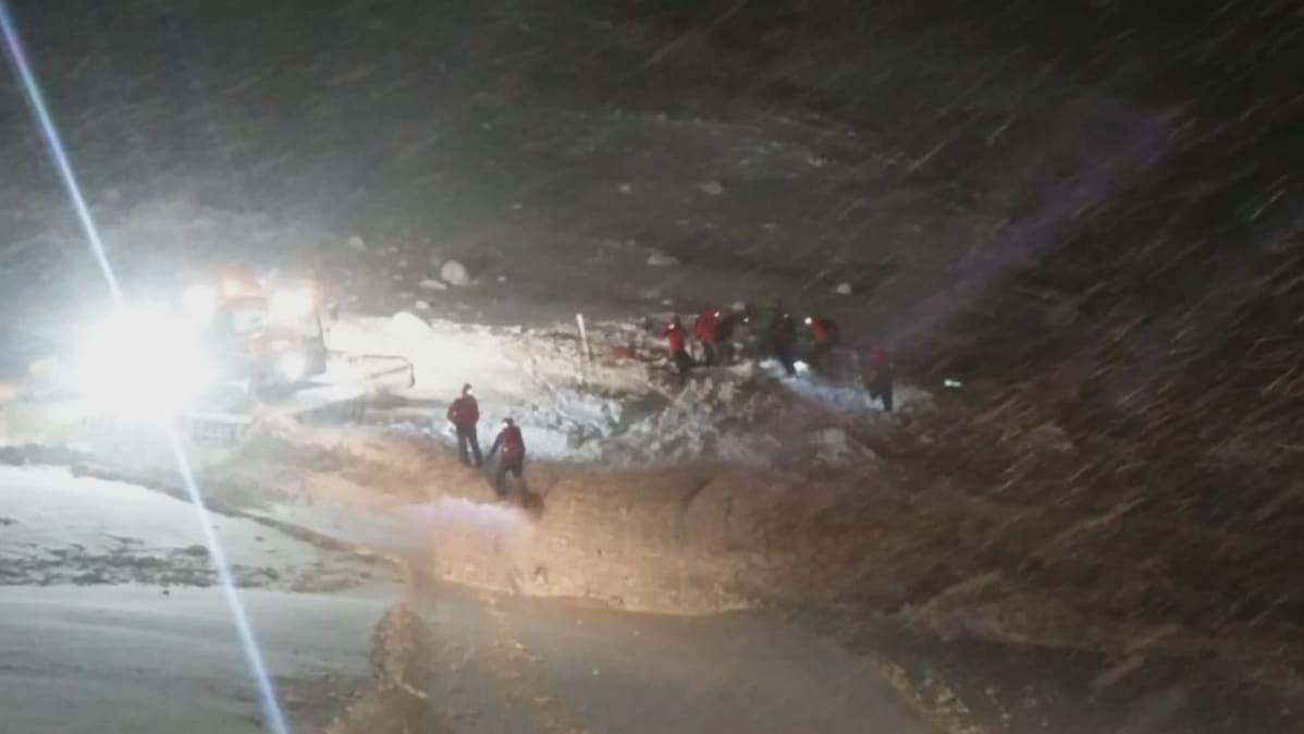 Lumivyöryn alle jäänyt mies paikannettiin lähettimen avulla.