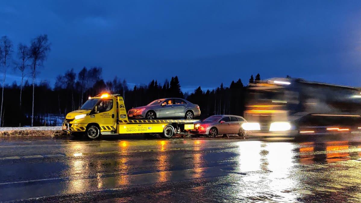 Autoja siirretään hinausauton kyytiin nelostiellä