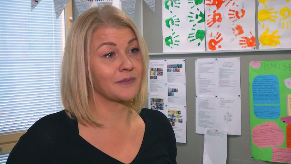 Psykologi Katja Jussilan mielestä kuntien pitäisi säilyttää myös perinteisiä luokkahuoneita.