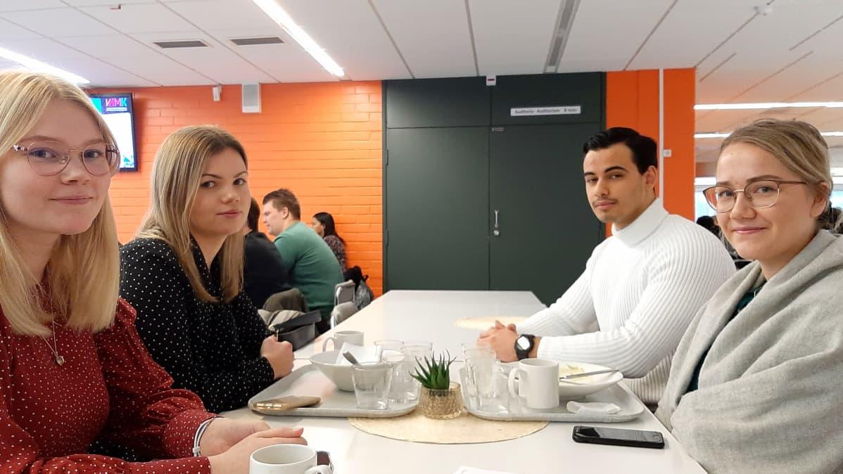 Kuvassa vasemmalla puolella Hanna Mäntylä ja Iida Ojala. Oikealla Jenni Rantasalo ja Benjamin Raunio.