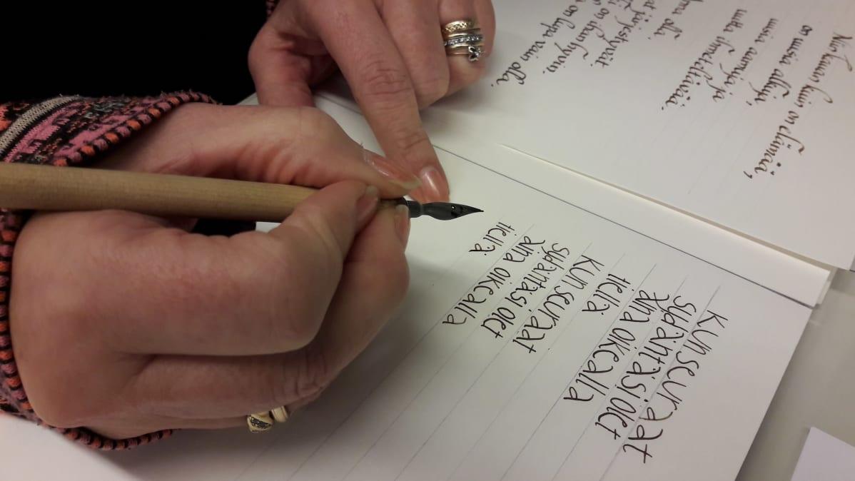 kalligrafian kirjoitusta